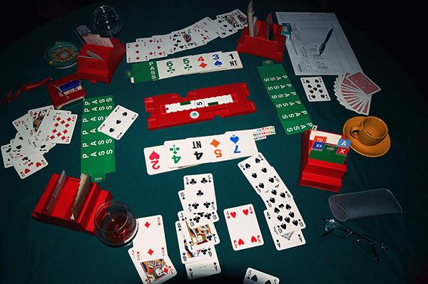 Tavolo da bridge con carte e bidding boxes
